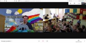 Pani bibliotekarka prowadzi zajęcia online dla grupy przedszkolnej.
