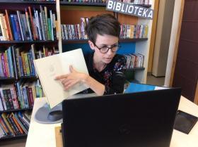 Bibliotekarka przeprowadza lekcję biblioteczną online