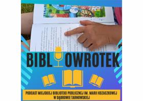 Plakat napis Bibliowrotek podcast Miejskiej Biblioteki Publicznej im. Marii Kozaczkowej w Dąbrowie Tarnowskiej. Fragment zdjęcia książka z dłonią dziecka.