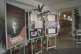 """Fragment wystawy z planszą tytułową widać napis """"Twórczość w cieniu wojny"""""""