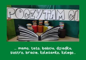 """Plakat przedstawiający scenerię przygotowaną dla czytelników w ramach akcji """"Poczytam Ci..."""" z okazji Ogólnopolskiego Dnia Głośnego Czytania"""