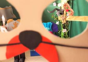 Na zdjęciu fragment maski zwierzęcia oraz część dekoracji bajkowej.